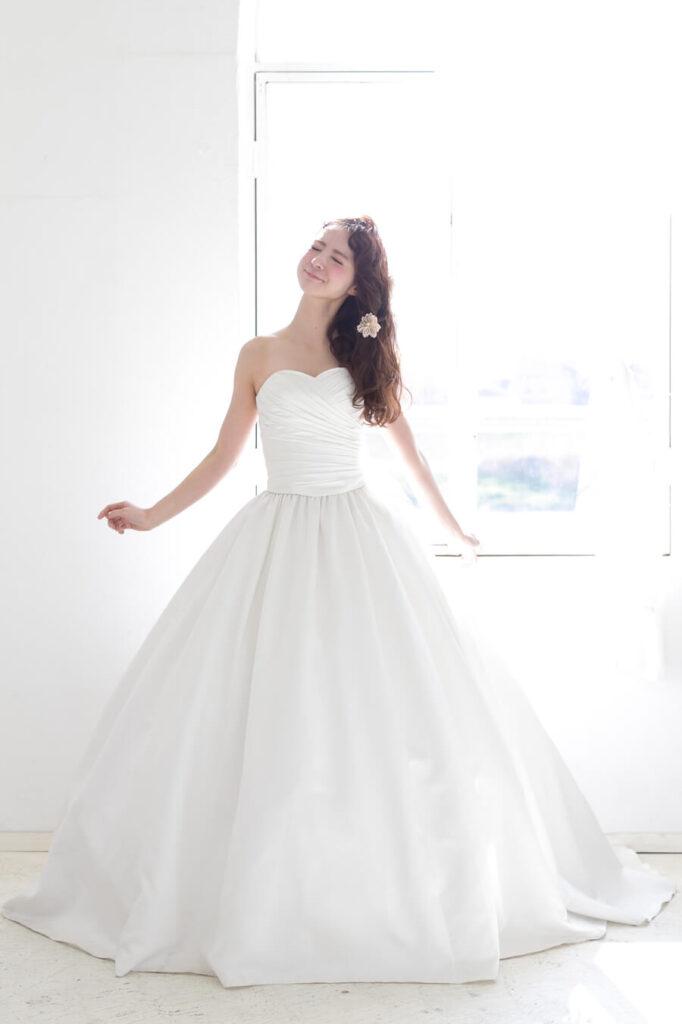 小さな結婚式のドレスで前がV字タイプ