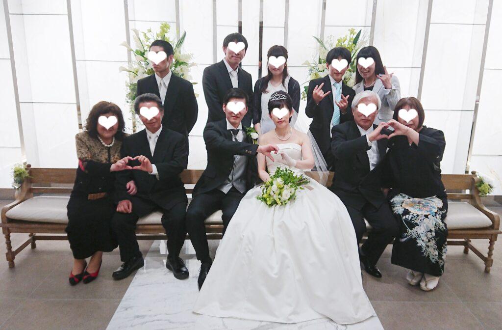 小さな結婚式での私達の家族集合写真
