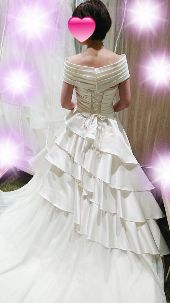 結婚式用のドレスを試着した写真