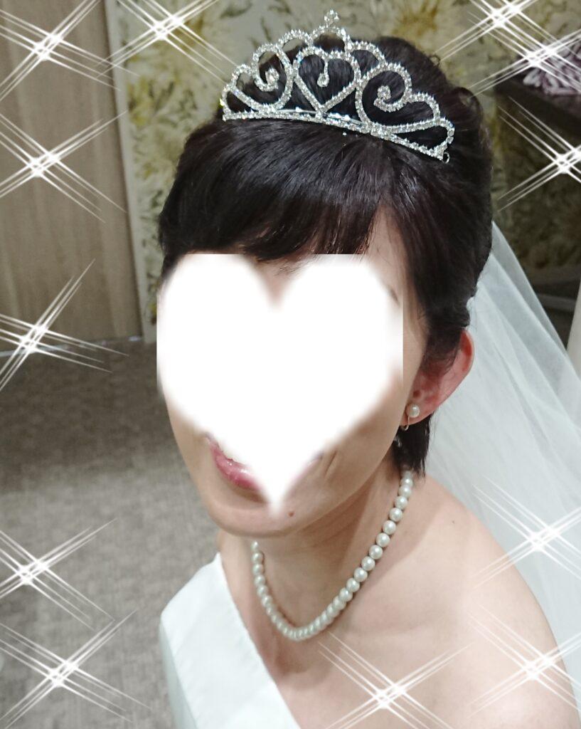結婚式でティアラを付けた写真
